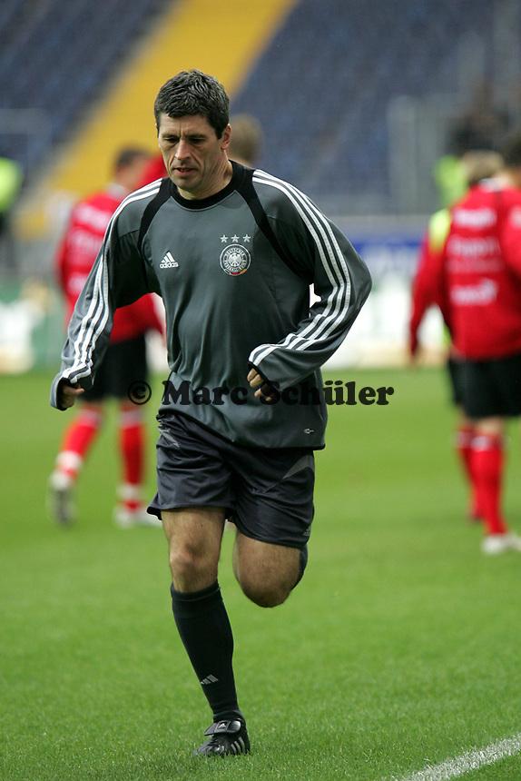 Schiedsrichter Dr. Markus Merk macht sich warm