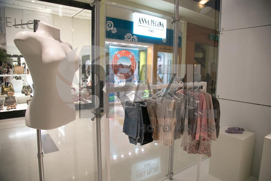 """SAO PAULO, SP, 08 DE ABRIL DE 2013. PROJETO """"LOJA VAZIA"""". A dois meses do inicio do inverno, a """" Loja Vazia"""" é inaugurada no shopping Villa Lobos com o intuito de arrecadar roupas para a campanha do agasalho do Fundo Social de Solidariedade do Estado de São Paulo. As pessoas doam suas roupas usadas e elas são expostas em manequins e araras dentro da loja. No dia seguinte, a loja é esvaziada para novas doações. As doações serão aceitas do dia 09 de abril ao dia 21 de abril. FOTO ADRIANA SPACA/BRAZIL PHOTO PRESS"""