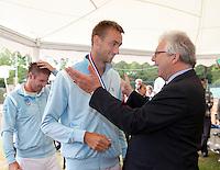 05-06-11, Tennis, Den Haag, Playoffs Eredevisie05-06-11, Tennis, Den Haag, Play-offs  Eredivisie, Bondsbestuurslid wedstrijdtennis Floor Jonkers hangt de winnaars de medalle om, hier bij Thomas Schoorel
