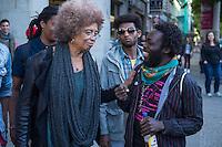 Die US-Menschenrechtlerin  Angela Davis (links im Bild) traf sich am Freitag den 15. Mai 2015 in Berlin mit Fluechtlingen. Unter ihnen viele, die in der Kreuzberger Schule in der Ohlauer Strasse wohnen. Sie sollen nach dem Willen der gruenen Regierung des Stadtteils das Schulgebaeude verlassen. Die Fluechtlinge schilderten ihr, wie ihre Situation in Deutschland und in Berlin ist, und wie sie von den deutschen Behoerden behandelt werden.<br /> Im Anschluss an das Gespraech gingen die Fluechtlinge mit ihr zum Schulgebaeude, ein Eintritt wurde ihr aber schon am Vortag vom Verantworlichen im Bezirksamt verwehrt.<br /> 15.5.2015, Berlin<br /> Copyright: Christian-Ditsch.de<br /> [Inhaltsveraendernde Manipulation des Fotos nur nach ausdruecklicher Genehmigung des Fotografen. Vereinbarungen ueber Abtretung von Persoenlichkeitsrechten/Model Release der abgebildeten Person/Personen liegen nicht vor. NO MODEL RELEASE! Nur fuer Redaktionelle Zwecke. Don't publish without copyright Christian-Ditsch.de, Veroeffentlichung nur mit Fotografennennung, sowie gegen Honorar, MwSt. und Beleg. Konto: I N G - D i B a, IBAN DE58500105175400192269, BIC INGDDEFFXXX, Kontakt: post@christian-ditsch.de<br /> Bei der Bearbeitung der Dateiinformationen darf die Urheberkennzeichnung in den EXIF- und  IPTC-Daten nicht entfernt werden, diese sind in digitalen Medien nach §95c UrhG rechtlich geschuetzt. Der Urhebervermerk wird gemaess §13 UrhG verlangt.]
