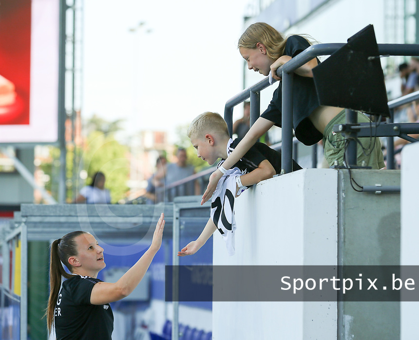 Hannah Eurlings (9) of OHL gives a hand to young support before a female soccer game between Oud Heverlee Leuven and Standard Femina de Liege on the third matchday of the 2021 - 2022 season of Belgian Womens Super League , Sunday 5 th of September 2021  in Leuven , Belgium . PHOTO SPORTPIX.BE | SEVIL OKTEM