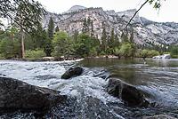 Merced River im Yosemite National Park.<br /> 3.6.2017, Yosemite National Park<br /> Copyright: Christian-Ditsch.de<br /> [Inhaltsveraendernde Manipulation des Fotos nur nach ausdruecklicher Genehmigung des Fotografen. Vereinbarungen ueber Abtretung von Persoenlichkeitsrechten/Model Release der abgebildeten Person/Personen liegen nicht vor. NO MODEL RELEASE! Nur fuer Redaktionelle Zwecke. Don't publish without copyright Christian-Ditsch.de, Veroeffentlichung nur mit Fotografennennung, sowie gegen Honorar, MwSt. und Beleg. Konto: I N G - D i B a, IBAN DE58500105175400192269, BIC INGDDEFFXXX, Kontakt: post@christian-ditsch.de<br /> Bei der Bearbeitung der Dateiinformationen darf die Urheberkennzeichnung in den EXIF- und  IPTC-Daten nicht entfernt werden, diese sind in digitalen Medien nach §95c UrhG rechtlich geschuetzt. Der Urhebervermerk wird gemaess §13 UrhG verlangt.]