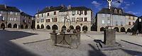 """Europe/France/Midi-Pyrénées/12/Aveyron/Sauveterre de Rouergue : Place centrale avec ses """"chitats"""" (couverts) qui remontent aux XIV° et XV° siècles"""