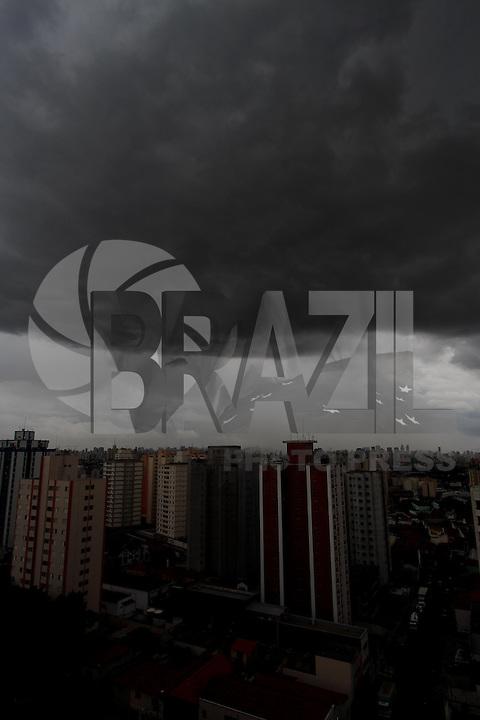 SAO PAULO, SP, 16 JANEIRO 2013 - CLIMA TEMPO CAPITAL PAULISTA - Vista do céu encoberto por escuras nuvens no início da tarde desta quarta-feira, 16, na cidade de São Paulo. (FOTO: LUIZ GUARNIERI / BRAZIL PHOTO PRESS).