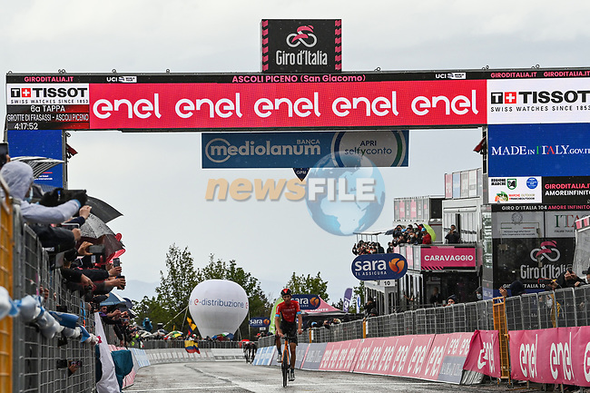 Gino Mäder (SUI) Bahrain Victorious from the breakaway wins Stage 6 of the 2021 Giro d'Italia, running 160km from Grotte di Frasassi to Ascoli Piceno (San Giacomo), Italy. 13th May 2021.  <br /> Picture: LaPresse/Gian Mattia D'Alberto | Cyclefile<br /> <br /> All photos usage must carry mandatory copyright credit (© Cyclefile | LaPresse/Gian Mattia D'Alberto)