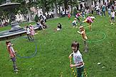Während des ?Cest is d'best?-Festivals spielen etliche Kinder Hula-Hoop auf dem Zrinjevac Platz.