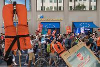 """Mit einer Demonstration unter dem Motto """"Seebruecke – Schafft sichere Haefen"""" zogen am Samstag den 7. Juli 2018 ueber 10.000 Menschen in Berlin zum Bundeskanzleramt. Sie forderten ein Ende der Kriminalisierung der zivilen Seenotrettung im Mittelmeer, wo Hilfsorganisationen wie Seawatch, Mission Lifeline, SOS Mediterrane Aerzte ohne Grenzen und Sea Eye Migranten aus Seenot retten. Diese Seenotrettungsorganisationen werden von mehreren europaeischen Staaten als """"Schlepper"""" diffamiert und ihre Schiffe beschlagnahmt. Anfang Juli wurde der Kapitaen der Lifeline von maltesischen Behoerden festgenommen.<br /> Die Seebruecke ist eine internationale Bewegung aus der Zivilbevoelkerung. Sie fordert """"sichere Fluchtwege, eine Entkriminalisierung der Seenotrettung und eine menschenwuerdige Aufnahme von gefluechteten Menschen. Wir wollen mehr Rettung statt weniger!"""".<br /> Zeitgleich fanden in mehrere deutschen Staedten Demonstrationen der """"Seebruecke"""" statt.<br /> Im Bild: Die Demonstration vor der Representanz der Europaeischen Union/Europaeischen Kommission gehalten.<br /> 07.7.2018, Berlin<br /> Copyright: Christian-Ditsch.de<br /> [Inhaltsveraendernde Manipulation des Fotos nur nach ausdruecklicher Genehmigung des Fotografen. Vereinbarungen ueber Abtretung von Persoenlichkeitsrechten/Model Release der abgebildeten Person/Personen liegen nicht vor. NO MODEL RELEASE! Nur fuer Redaktionelle Zwecke. Don't publish without copyright Christian-Ditsch.de, Veroeffentlichung nur mit Fotografennennung, sowie gegen Honorar, MwSt. und Beleg. Konto: I N G - D i B a, IBAN DE58500105175400192269, BIC INGDDEFFXXX, Kontakt: post@christian-ditsch.de<br /> Bei der Bearbeitung der Dateiinformationen darf die Urheberkennzeichnung in den EXIF- und  IPTC-Daten nicht entfernt werden, diese sind in digitalen Medien nach §95c UrhG rechtlich geschuetzt. Der Urhebervermerk wird gemaess §13 UrhG verlangt.]"""