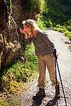 Deutschland, Bayern, Berchtesgadener Land, bei Schneizlreuth: eine willkommene Erfrischung am Wanderweg 'Plattlingsteig' zur Harbacher Alm in den oestlichen Chiemgauer Alpen | Germany, Bavaria, Berchtesgadener Land, near Schneizlreuth:  a welcomed refreshment at hiking trail 'Plattlingsteig' to Harbach Alpine Pasture Hut in the Eastern Chiemgau Alps