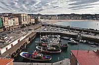 Europe/Espagne/Pays Basque/Saint-Sébastien:  Petit port à l'abri du mont Urgull dans la Baie de la la Concha,