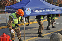 - Milano, Novembre 2020,  Esercito Italiano, reparti  del NRDC (Corpo di Reazione Rapida della NATO) allestiscono una struttura drive-trough per la raccolta di tamponi per la diagnosi del virus Covid-19 in un parcheggio della metropolitana.<br />