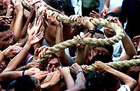 Promesseiros carregam a corda em pagamento as promessas feitas a Nossa Senhora de Nazaré no decorrer da procissão que ocorre a mais de 200 anos em Belém. As estimativas são de mais de 1.500.000 pessoas acompanhem à procissão.<br />08/10/2000<br />©Foto: Paulo Santos/Interfoto.<br />Negativo Cor 135 Nº 7632 T2 F34a