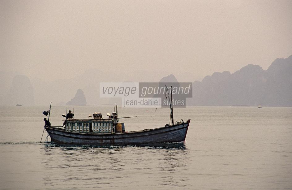 Asie/Vietnam/Baie d'Halong/Ha Long: bateau de pécheur dans la baie d'Halong