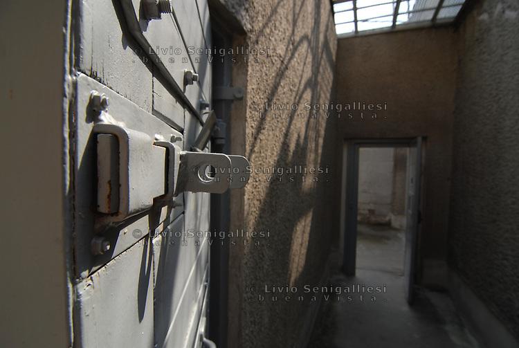 Berlin / Germany 2009<br /> Berlin-Hohenschönhausen Memorial.<br /> L'entrata di una cella nei sotterranei della prigione della STASI alla periferia di Berlino Est. Per vari decenni è stato il luogo in cui venivano incarcerati i dissidenti e coloro che cercavano di fuggire dalla DDR. Dopo la caduta del Muro la prigione è stata chiusa. Ora è un Museo dove alcuni ex-detenuti accompagnano migliaia di studenti e di turisti raccontando le condizioni di vita e gli interrogatori subiti durante le lunghe detenzioni.<br /> View of the underground corridors of the prison of the Stasi on the outskirts of East Berlin. For several decades it has been the place where they were imprisoned dissidents and those who tried to escape from the GDR. After the fall of the Berlin Wall the prison was closed. It is now a museum where some former prisoners accompany thousands of students and tourists describing the living conditions and interrogation occurred during the long-term detention.<br /> Photo Livio Senigalliesi