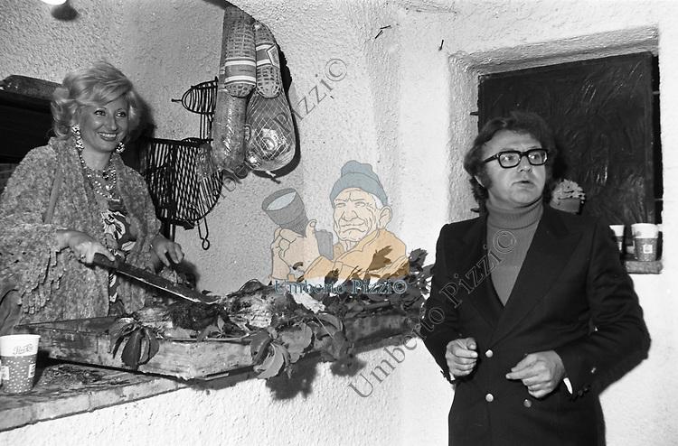 ALBERTO BEVILACQUA CON LA MOGLIE MARIANNA BUCCHICH<br /> VILLAGGIO TOGNAZZI TORVAJANICA 1972
