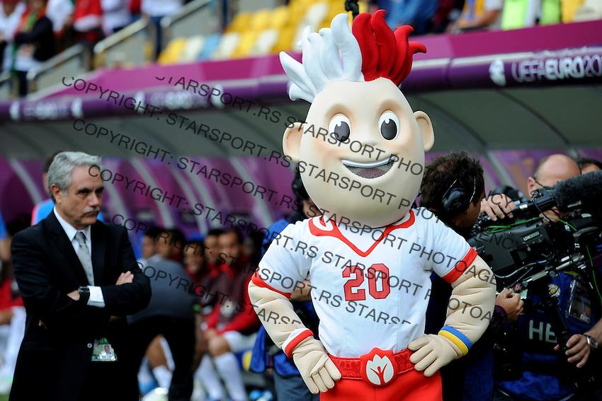 13.06.2012 LWOW - STADION ARENA LWOW ( LVIV UKRAINE STADIUM ARENA LVIV ) PILKA NOZNA ( FOOTBALL ) MISTRZOSTWA EUROPY W PILCE NOZNEJ UEFA EURO 2012 ( EUROPEAN CHAMPIONSHIPS UEFA EURO 2012 ) GRUPA B ( POOL B ) MECZ DANIA - PORTUGALIA ( GAME DENMARK - PORTUGAL ).NZ SLAVEK MASKOTKA EURO 2012.FOTO MICHAL STANCZYK / CYFRASPORT/NEWSPIX.PL.---.Newspix.pl