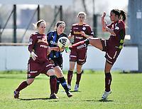 Dames Club Brugge - SV Zulte Waregem : duel met Charien Ver Eecke (r) , Lore Dezeure en Catherine Szynal (l).foto DAVID CATRY / Nikonpro.be