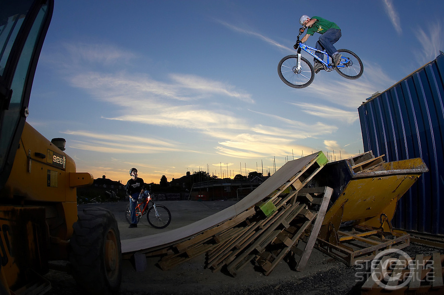 Ollie Fielder ,  Grant Chopper Fielder ..mountain bike dropoff , Buillding site , Southampton ..June 2006.. pic copyright Steve Behr / Stockfile