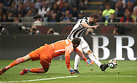 Calcio, Serie A: Inter - Juventus, Milano, stadio Giuseppe Meazza (San Siro), 28 aprile 2018.<br /> Juventus' Gonzalo Higuain (l) in action contrasted by Inter's goalkeeper Samir Handanovic (r) during the Italian Serie A football match between Inter Milan and Juventus at Giuseppe Meazza (San Siro) stadium, April 28, 2018.<br /> UPDATE IMAGES PRESS/Isabella Bonotto