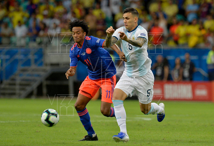 SALVADOR – BRASIL, 15-06-2019: Leandro Paredes de Argentina disputa el balón con Juan Cuadrado de Colombia durante partido de la Copa América Brasil 2019, grupo B, entre Argentina y Colombia jugado en el Itaipava Fonte Nova Arena de la ciudad de Salvador, Brasil. / Leandro Paredes of Argentina vies for the ball with Juan Cuadrado of Colombia during the Copa America Brazil 2019 group B match between Argentina and Colombia played at Itaipava Fonte Nova Arena in Salvador, Brazil. Photos: VizzorImage / Julian Medina / Cont / FCF
