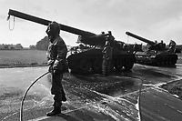 - NATO exercises in the Netherlands, NBC decontamination of Dutch army self-propelled  M 110 guns (October 1983)....- esercitazioni NATO in Olanda, decontaminazione NBC di cannoni semoventi M 110 dell'esercito olandese (ottobre 1983)