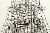 RIO DE JANEIRO, RJ, 23.10.2013 - MONTAGEM DA ARVORE DE NATAL BRADESCO SEGUROS 2013 - Operários montam a arvore de natal da Bradesco Seguros 2013 na lagoa Rodrigo de Freitas nessa quarta 23. (Foto: Levy Ribeiro / Brazil Photo Press)
