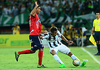 MEDELLÍN -COLOMBIA-13-12-2015: Macnelly Torres (Der.) jugador de Atlético Nacional disputa el balón con Christian Marrugo (Izq.) jugador de Independiente Medellin durante partido de vuelta entre Atletico Nacional e Independiente Medellin por las semifinales de la Liga Aguila II 2015, jugado en el estadio Atanasio Girardot de la ciudad de Medellin. / Macnelly Torres (R) player of Atletico Nacional fights for the ball with Christian Marrugo (L) player of Independiente Medellin during a match for the second leg between Atletico Nacional and Independiente Medellin  for the semifinals of the Liga Aguila II 2015 at the Atanasio Girardot stadium in Medellin city. Photo: VizzorImage/León Monsalve/ Str