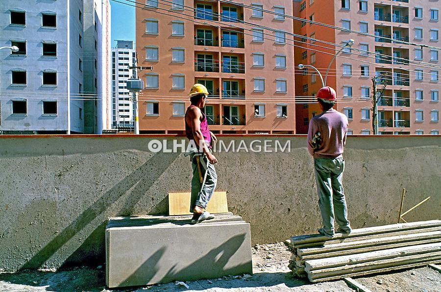 Contrução de prédio residencial no bairro Cursino, São Paulo. 1994. Foto de Juca Martins.
