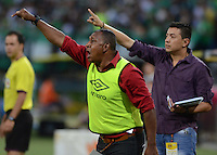 MEDELLÍN -COLOMBIA-16-05-2015. Asistentes técnicos de Cúcuta Deportivo durante partido con  AStletico Nacional por la fecha 20 de la Liga Aguila I 2015 jugado en el estadio Atanasio Girardot de la ciudad de Medellín./ Coach asssitants of Cucuta Deportivo gestures during the match against Atletico Nacional for the  20th date of the Aguila League I 2015 at Atanasio Girardot stadium in Medellin city. Photo: VizzorImage/León Monsalve/ Cont