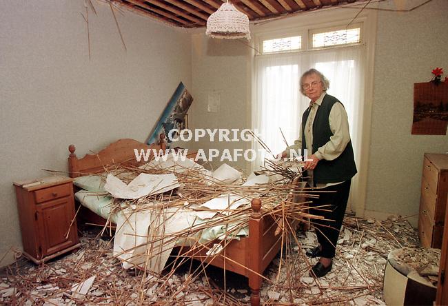 Nijmegen,11-05-99  foto:Koos Groenewold <br />Mevrouw Wilting in haar slaapkamer tussen de puinhopen van het neegestorte plafond