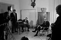 Hôtel de ville du Capitole, place du Capitole. 22 mars 1971. Vue de Pierre Baudis devant les caméras de la télévision.