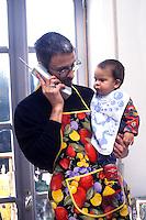 Uomo mentre lavora da casa e sta insieme al figlio. Man while working from home and being with the child.....