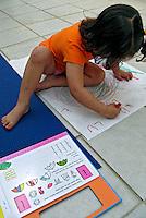 Luíza aprendendo a escrever. São Paulo. 2007. Foto de Juca Martins.