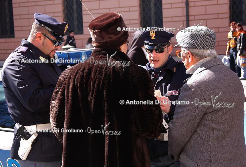 Forze dell'Ordine. Law Enforcement..Poliziotti mentre aiutano degli anziani. Policemen while helping the elderly.....