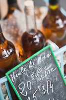 Europe/France/Aquitaine/24/Dordogne/Périgueux: Huile de noix  sur le marché , PLace de la Clautre, devant la Cathédrale Saint-Front
