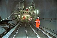 alptransit, la galleria ferroviaria più lunga del mondo, 57 km, sotto il San Gottardo. Svizzera. Operai all'interno della galleria