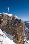 Deutschland, Bayern, Oberbayern, Werdenfelser Land, Garmisch-Partenkirchen: Gipfel der Zugspitze (2.962 m) mit Gipfelkreuz | Germany, Bavaria, Upper Bavaria, Werdenfelser Land, Garmisch-Partenkirchen: Zugspitze mountain peak with summit cross