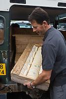 Europe/France/Rhône-Alpes/74/Haute-Savoie/Le Grand-Bornand: Denis Bastard producteur de reblochon fermier arrive au Marché des producteurs de Reblochon