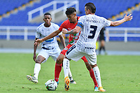 CALI – COLOMBIA, 27-02-2021: Juan Camilo Roa de Cortuluá disputa el balón con Kevin Sandoval del Atlético FC durante el partido entre Atlético FC y Cortuluá por la fecha 8 del Torneo BetPlay DIMAYOR 2021 jugado en el estadio Pascual Guerrero de la ciudad de Cali. / Juan Camilo Roa of Cortulua vies for the ball with Kevin Sandoval of Atletico FC during match between Atletico FC and Cortulua for the date 8 as part of BetPlay DIMAYOR Tournament 2021 played at the Pascual Guerrero stadium in Cali city. Photos: VizzorImage / Nelson Rios / Cont.