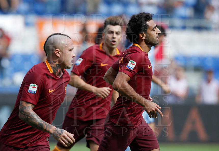 Calcio, Serie A: Roma vs Sampdoria. Roma, stadio Olimpico, 11 settembre 2016.<br /> Roma's Mohamed Salah, right, celebrates with teammates after scoring during the Italian Serie A football match between Roma and Sampdoria at Rome's Olympic stadium, 11 September 2016. Roma won 3-2.<br /> UPDATE IMAGES PRESS/Isabella Bonotto
