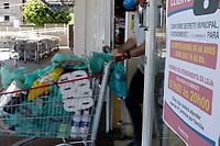 Campinas (SP), 25/03/2021 - Medidas Covid-19 - Informativo na entrada de supermercado. A Prefeitura de Campinas anunciou que vai restringir a entrada em supermercados, padarias e outros serviços alimentícios a uma pessoa por família. A medida será válida a partir de sexta-feira (26) e faz parte de uma série de restrições, que incluem também a barreira sanitária acordada entre as 20 cidades da RMC (Região Metropolitana de Campinas).