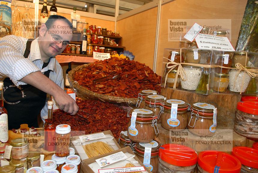 - truffle market in Alba, sale of alimentary typical products....- mercato dei tartufi ad Alba, vendita di prodotti alimentari tipici