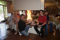Europe/France/Midi-Pyrénées/32/Gers/Segos: Domaine de Bassibé Hotel-Restaurant , Sylvie et Olivier Lacroix,leurs enfants et leur chef  Sébastien  Gonzzer   qui prépare un  une cote de Cochon noir de Bigorre  à la cheminée