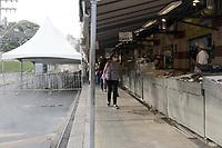 Campinas (SP), 29/03/2021 - Semana Santa - Movimentacao na area de boxes de peixarias no Mercado Municipal da cidade de Campinas (SP), nesta segunda-feira (29). Visando evitar aglomeracoes, foram instalados gradis e tendas para que seja organizada uma fila com distanciamento na entrada das peixarias, que conta com apenas um acesso pela parte externa do Mercado. (Foto: Denny Cesare/Codigo 19/Codigo 19)