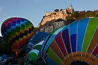 Europe/Europe/France/Midi-Pyrénées/46/Lot/Rocamadour:  Lors des mongolfiades : un ballon devant lla cité religieuse et ses sanctuaires dominée par son château dans le Canyon de l'Alzou