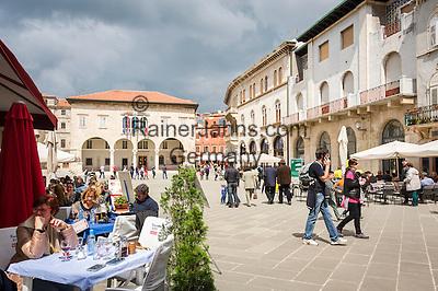 Croatia, Istria, Pula: restaurants and the municipal palace at Forum square | Kroatien, Istrien, Pula: Restaurants und der Kommunal-Palast auf dem Forum-Platz
