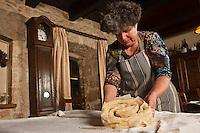 Europe/Europe/France/Midi-Pyrénées/46/Lot/Bach:  Auberge Lou Bourdié, Monique Valette prépare le pastis quercynois -  elle roule la pâte jusqu'a former l'anguille d'ou le nom du gâteau pastis quercynois ou anguille   //  France, Lot, Bach, Auberge Lou Bourdais, Monique Vallette prepares the Quercy pastis, it rolls the dough up to form the eel or the name of the cake or pastis quercynois eel <br /> [Non destiné à un usage publicitaire - Not intended for an advertising use]