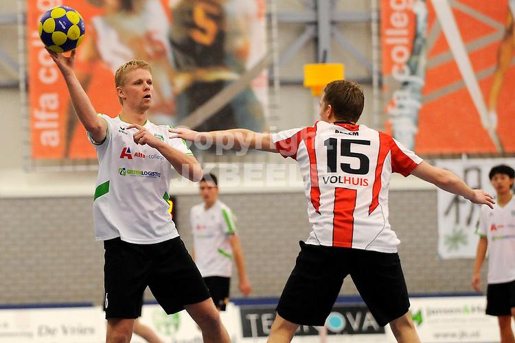 GRONINGEN - Korfbal, Alfa College, NIC - Deetos ,korfbal league,  seizoen 2011-2012, 11-12-2011,  NIC speler Jornt de Nekker (l) met Deetos speler Mike Bezem.