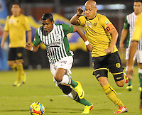 MEDELLIN -COLOMBIA-21-11-2013.Gustavo Bolivar ( Der) del Itagui disputa el balon con Atletico Nacional  durante partido de los cuadrangulares finales de la Liga Postobon 2013 realizado en el estadio Polideportivo Sur ./  Gustavo Bolivar of Itagui dispute the ball against Atletico Nacional during the game runs Postob—n League finals 2013 held in Polideportivo Sur  Stadium.  Photo:VizzorImage / Luis Rios / Stringer
