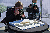 Symbolischer Spatenstich fuer das Freiheits- und Einheitsdenkmal vor dem wiedererbauten Berliner Stadtschloss (Humboldt Forum) mit Kulturstaatsministerin Monika Gruetters (CDU) am Donnerstag den 28. Mai 2020.<br /> Im Bild: Fotojournalisten fotografieren ein Modell des Denkmal.<br /> 28.5.2020, Berlin<br /> Copyright: Christian-Ditsch.de<br /> [NUR FUER REDAKTIONELLE ZWECKE! Werbung nur auf Anfrage beim Fotografen. Inhaltsveraendernde Manipulation des Fotos nur nach ausdruecklicher Genehmigung des Fotografen. Vereinbarungen ueber Abtretung von Persoenlichkeitsrechten/Model Release der abgebildeten Person/Personen liegen nicht vor. NO MODEL RELEASE! Don't publish without copyright Christian-Ditsch.de, Veroeffentlichung nur mit Fotografennennung, sowie gegen Honorar, MwSt. und Beleg. Konto: I N G - D i B a, IBAN DE58500105175400192269, BIC INGDDEFFXXX, Kontakt: post@christian-ditsch.de<br /> Bei der Bearbeitung der Dateiinformationen darf die Urheberkennzeichnung in den EXIF- und  IPTC-Daten nicht entfernt werden, diese sind in digitalen Medien nach §95c UrhG rechtlich geschuetzt. Der Urhebervermerk wird gemaess §13 UrhG verlangt.]