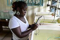 KENYA Kisumu, RIAT Ramogi Institute of advanced technology, students at aquaculture and fisheries department / KENIA Kisumu, RIAT Ramogi Institute of advanced technology, Studenten des Fachbereich Aquakultur und Fischerei